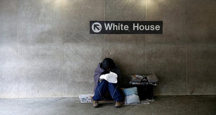 Una persona sin hogar en la estación de metro cerca de la Casa Blanca en Washington, EEUU
