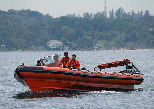 En busca de las víctimas del naufragio en Indonesia
