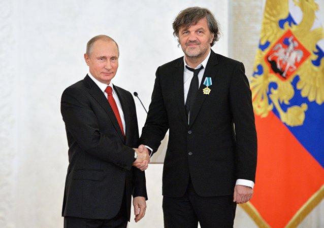 El director serbio, Emir Kusturica, y el mandatario ruso, Vladímir Putin
