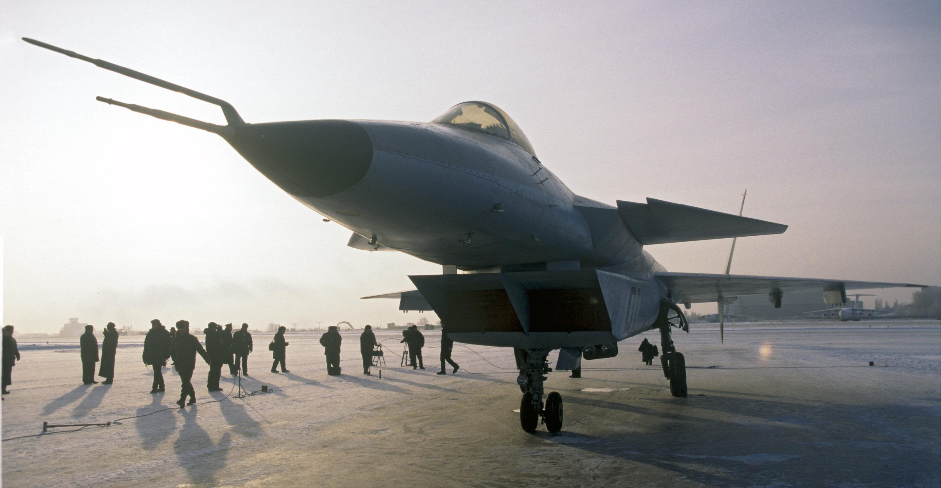 El primer prototipo del caza ruso MiG 1.44 durante la presentación en 1999