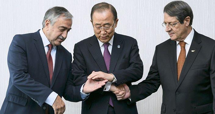 Ban Ki-moon con el presidente de la República de Chipre, Nikos Anastasiadis, y líder de la comunidad turca de la isla, Mustafa Akinci