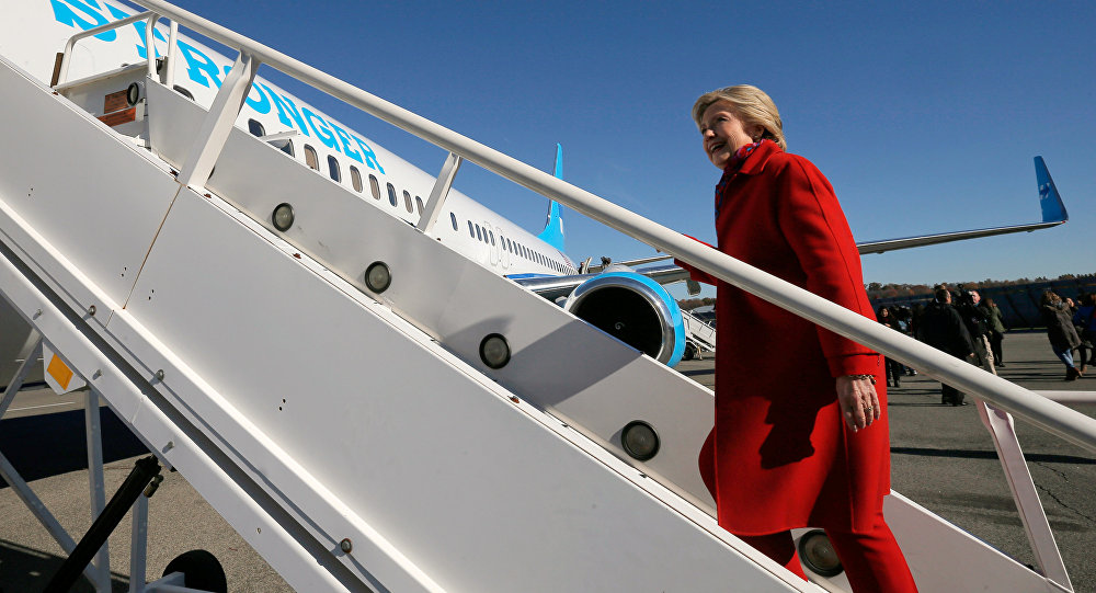 Hillary Clinton sube a su avión en White Plains