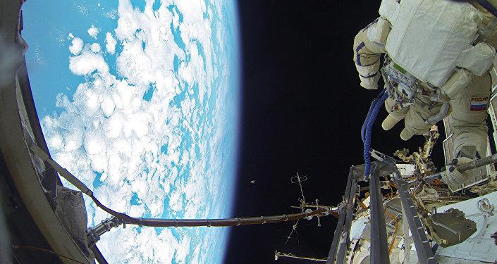 Un cosmonauta ruso durante un paseo espacio