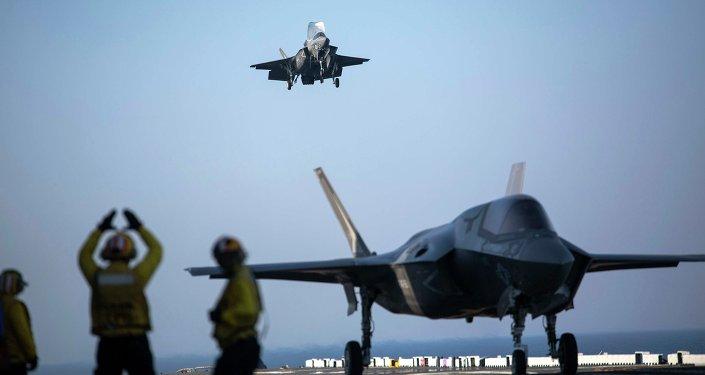 F-35B está aterrizando en el buque anfibio USS Wasp