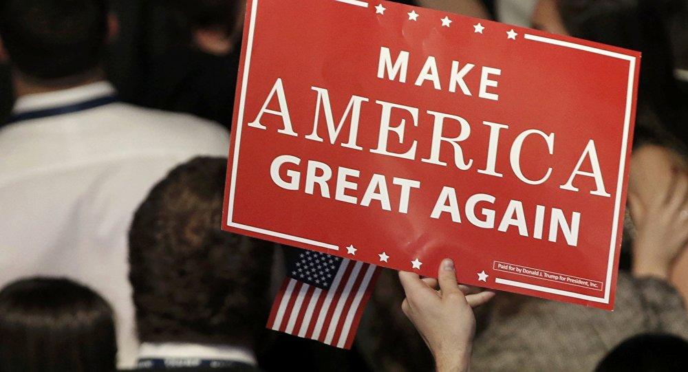 Una pancarta del eslogan del candidato republicano, Donald Trump