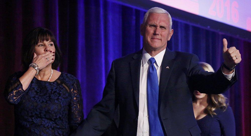 El vicepresidente electo de EEUU Mike Pence con su esposa