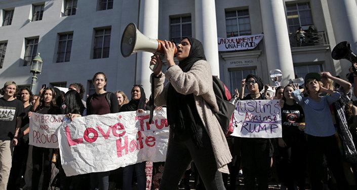Estudiantes en California protestan por la elección de Trump