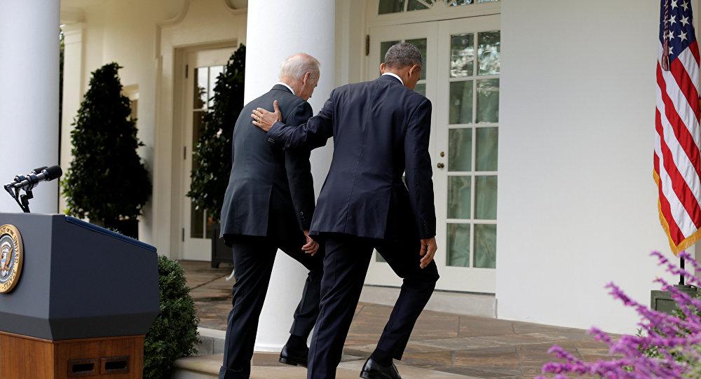 Barack Obama camina con el vicepresidente estadounidense Joe Biden después de hablar sobre la elección de Donald Trump en EEUU