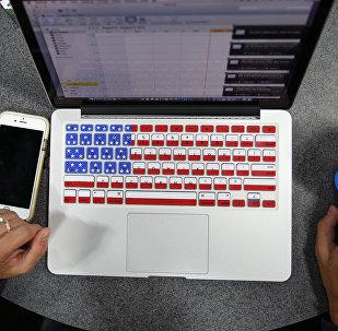 Ordenador con el teclado que muestra la bandera de EEUU