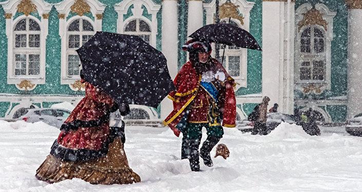 'Pedro I' y 'Catalina la Grande', en la plaza del Palacio de San Petersburgo
