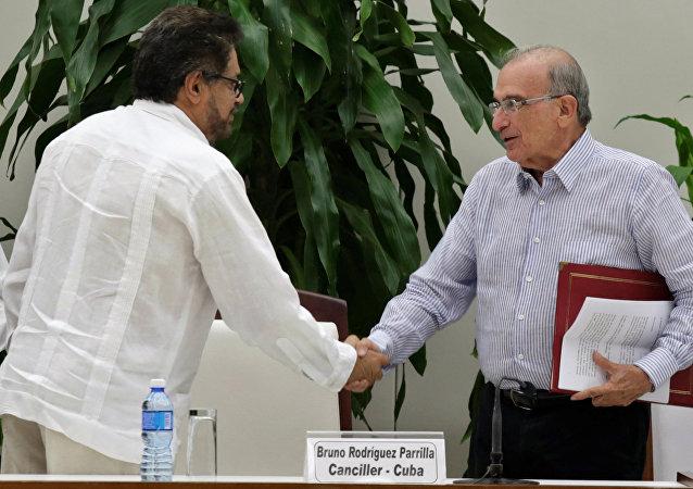 El canciller cubano, Bruno Rodríguez, el negociador de las FARC en Colombia, Ivan Márquez (C), y el negociador del gobierno colombiano, Humberto de la Calle