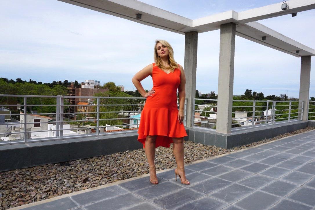 Marina Bulátkina posa en Montevideo con uno de los vestidos de la colección que lanzará el año que viene