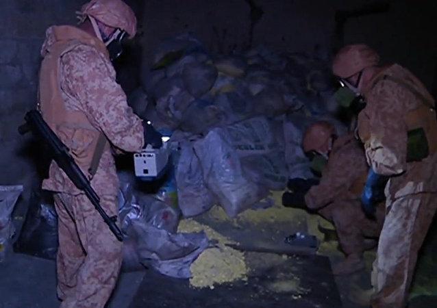 Militares rusos inspeccionan un supuesto almacén de armas químicas en Alepo