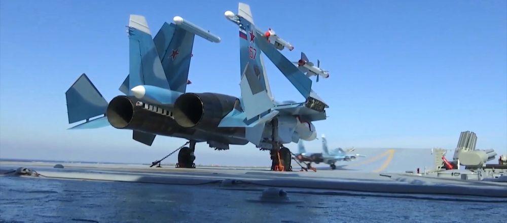 El Su-33 ruso en la cubierta del portaviones Almirtante Kuznetsov