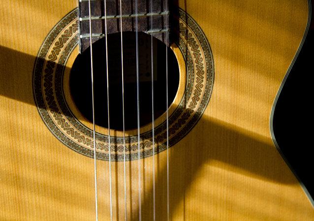 El sonido de la guitarra le encanta a una adorable perrita