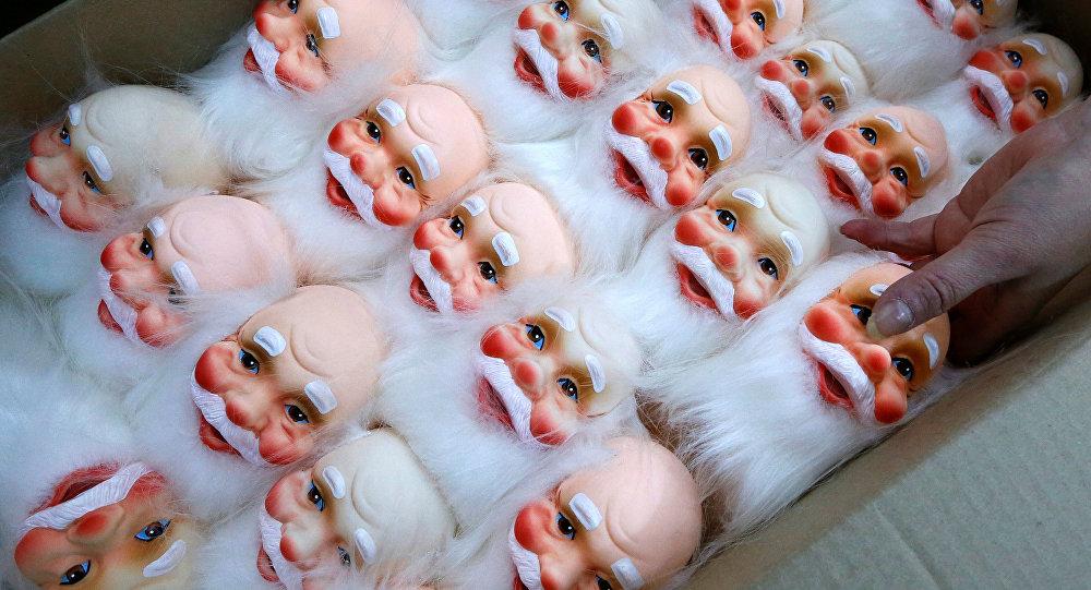 Un empleado acomoda los juguetes de Ded Moroz, equivalente ruso de Santa Claus