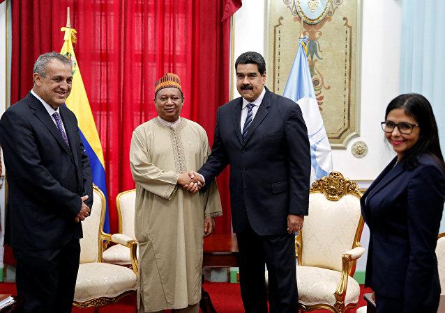El secretario general del OPEP, Mohammed Barkindo y el presidente de Venezuela, Nicolás Maduro