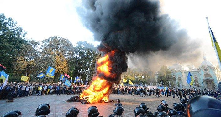 Manifestantes ucranianos enfrente del edificio de la Rada en 2014