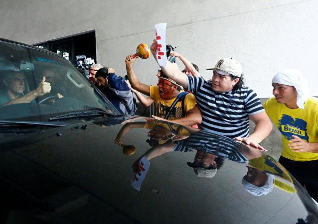 Manifestantes festejan la entrada del exgobernador de Río en la cárcel
