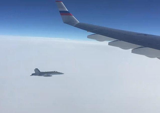 El Ministerio de Relaciones Exteriores publica un vídeo de acercamiento de los cazas F-18 al avión gubernamental de Rusia