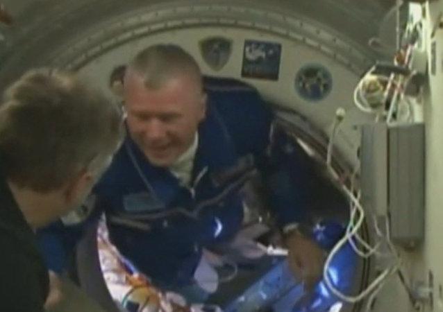 Besos y abrazos: Cómo acogen a una nueva tripulación en la Estación Espacial Internacional