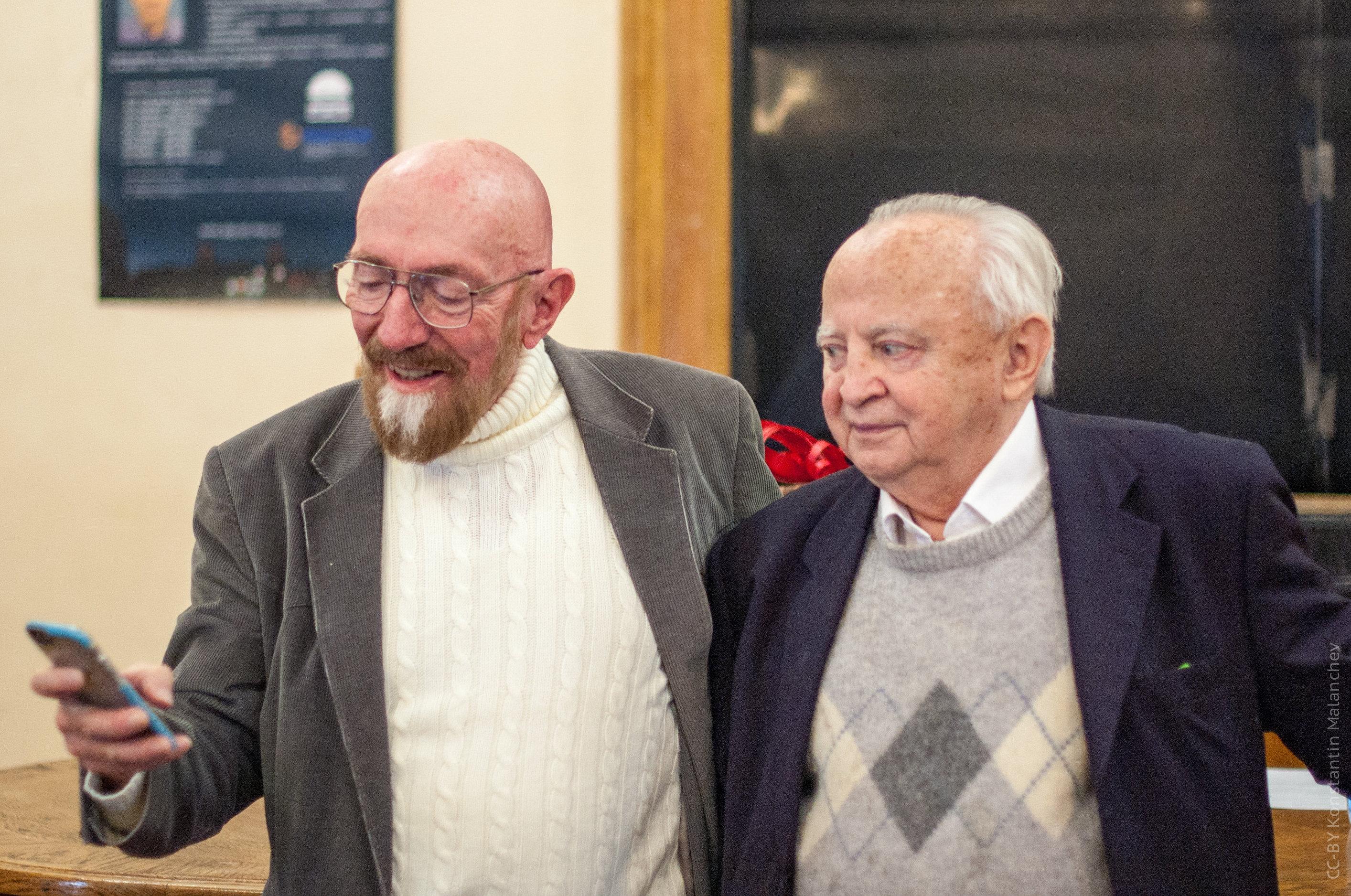 Kip Thorne (a la izquierda) junto al astrofísico teórico y cosmólogo ruso Ígor Nóvikov (a la derecha)