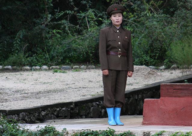 Una mujer soldado norcoreana