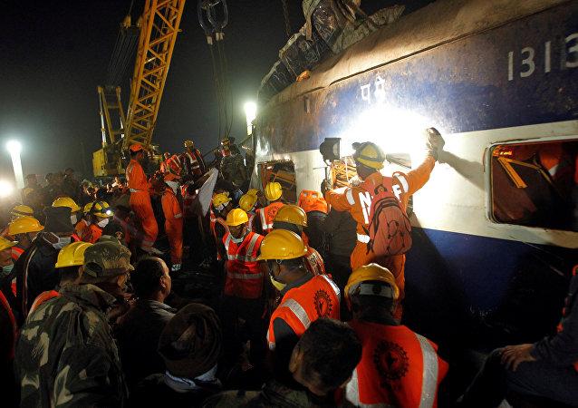 Labores de rescate en el lugar del descarrilamiento de un tren en la India