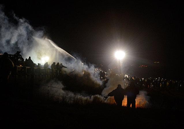 Policía usa cañones de agua contra los manifestantes en Dakota
