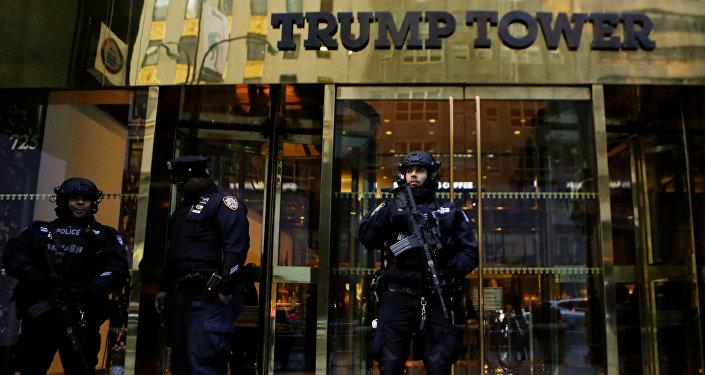 Agentes de los servicios secretos estadounidenses guardan la Trump Tower
