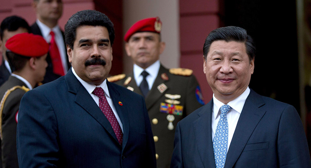 El presidente de China, Xi Jinping, a la derecha, estrecha la mano del presidente de Venezuela, Nicolás Maduro, a la izquierda (achivo)