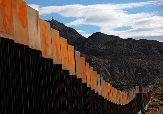 Una sección del muro en la frontera entre Estados Unidos y México (archivo)