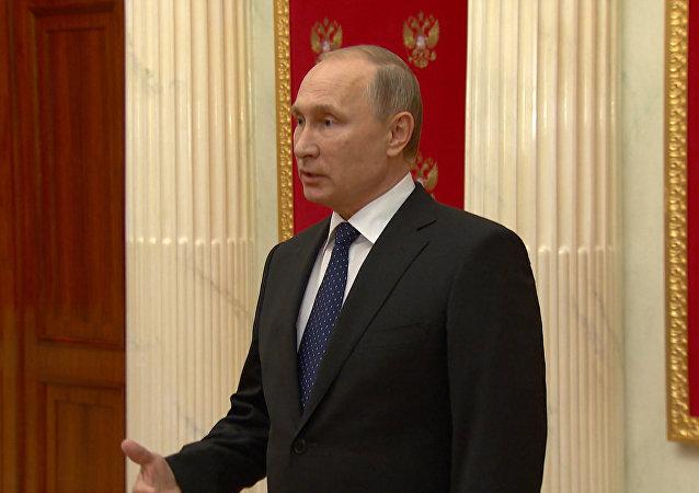 Putin tilda de degradación de la democracia la resolución contra medios rusos