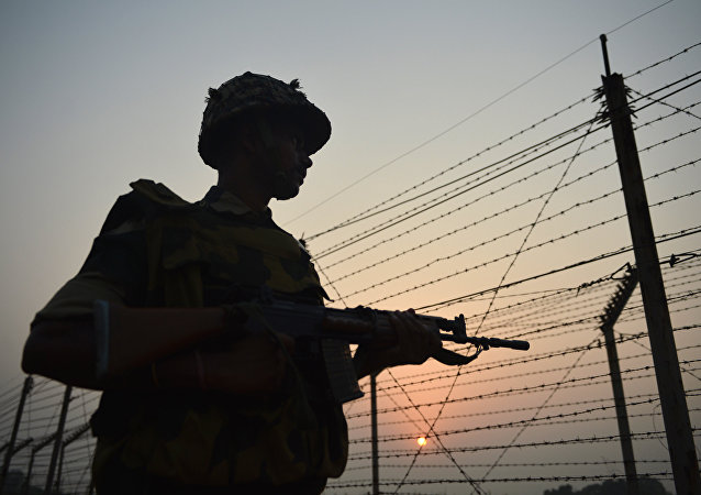 Un soldado guardando la frontera entre Pakistán y la India