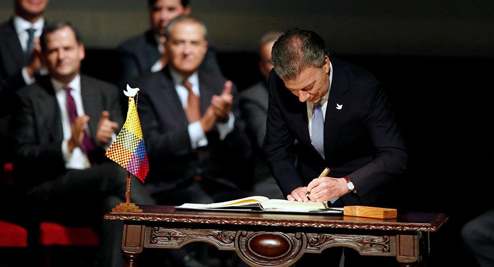Juan Manuel Santos, el presidente de Colombia, firma el acuerdo de paz
