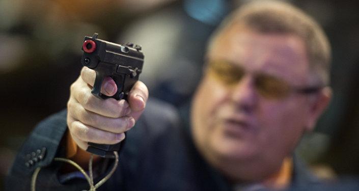 La pistola R-446 VIKING en el estand de la empresa Rosoboronexport en la XX feria internacional Interpolitekh-2016