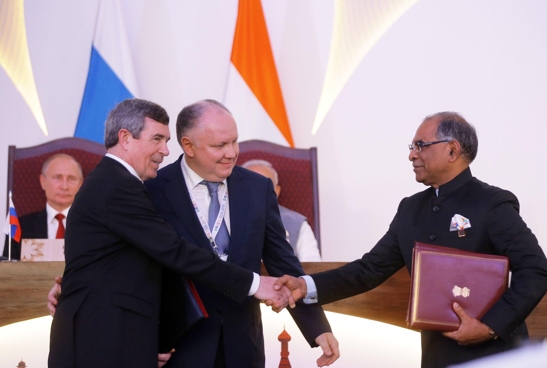 Anatoli Isaikin, director general de Rosoboronexport, y Suvarna Radzhu, representante de la empresa Hindustan Aeronautics Limited, firman contrato en presencia de los presidentes de Rusia y la India