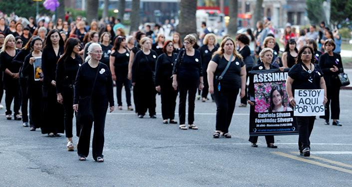 La avenida principal de Uruguay se silencia en lucha contra feminicidios