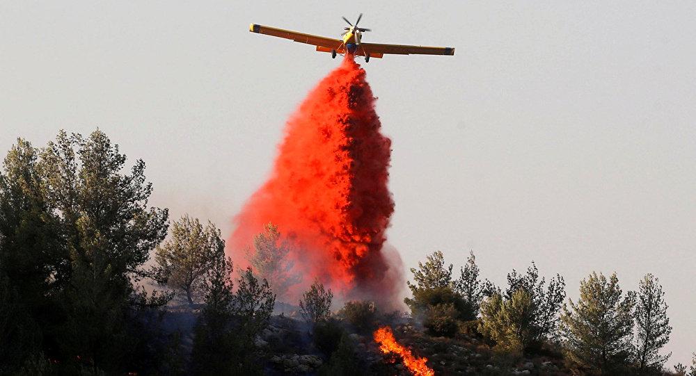 Los bomberos extinguen incendios en Israel