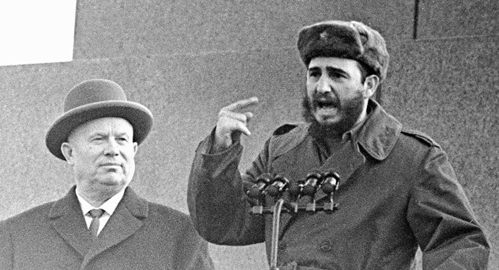 Nikita Jruschov, primer secretario del Comité Central del Partido Comunista de la Unión Soviética, junto a Fidel Castro, líder de la Revolución cubana, en la Plaza Roja de Moscú.