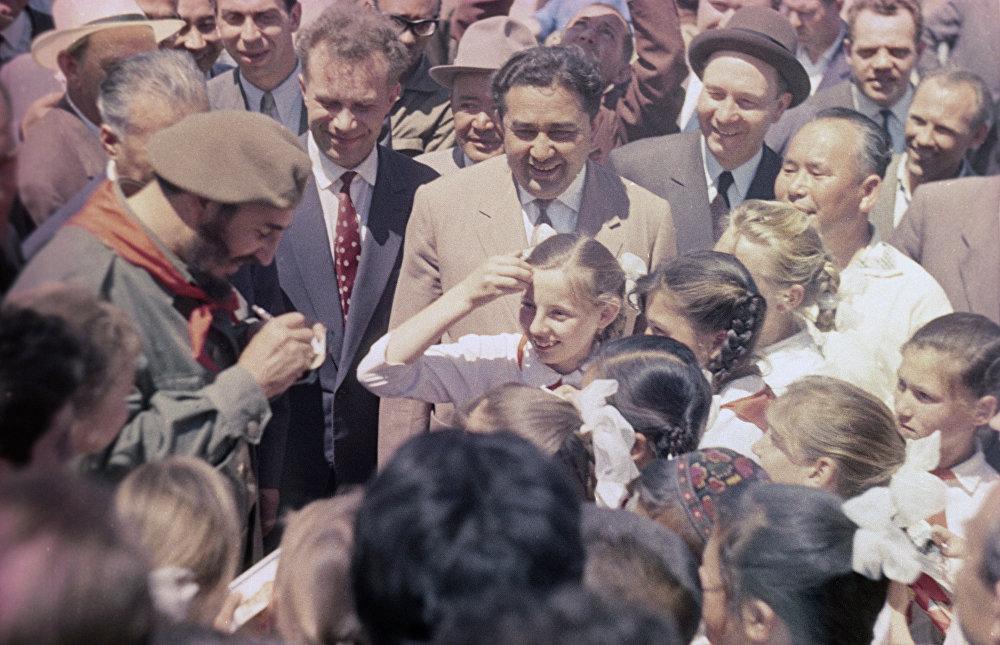 Durante su visita a la URSS, Fidel Castro visitó la República Socialista Soviética de Uzbekistán, donde se encontró con niños pioneros de la región.