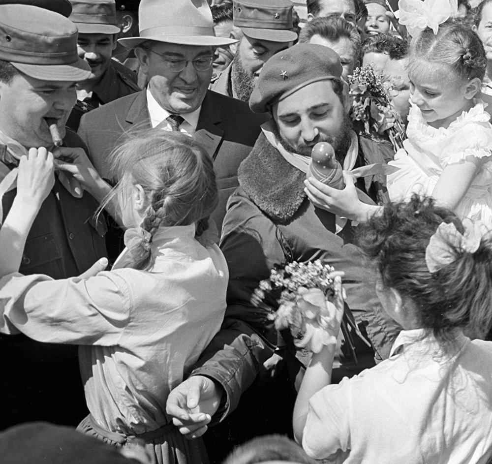 Fidel Castro es recibido por los habitantes más jóvenes de la ciudad de Volgogrado, quienes les regalan suvenires a los camaradas latinoamericanos.