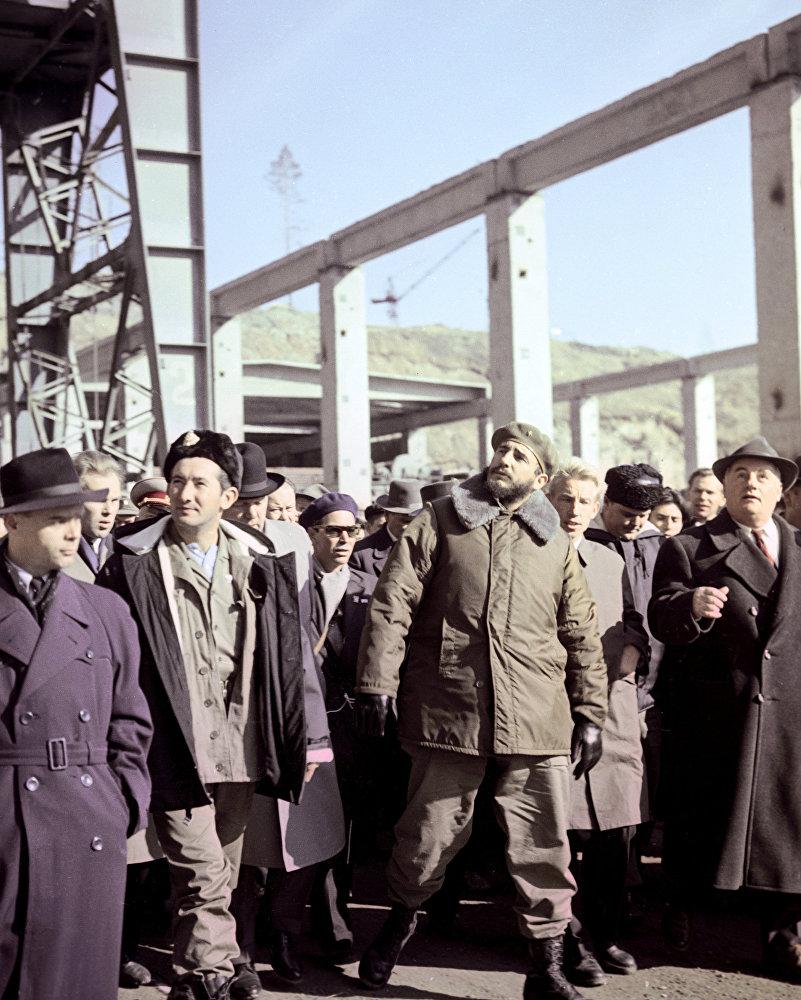 Fidel Castro, líder de la Revolución cubana, visita una estación hidroeléctrica en construcción en la región de Irkutsk.