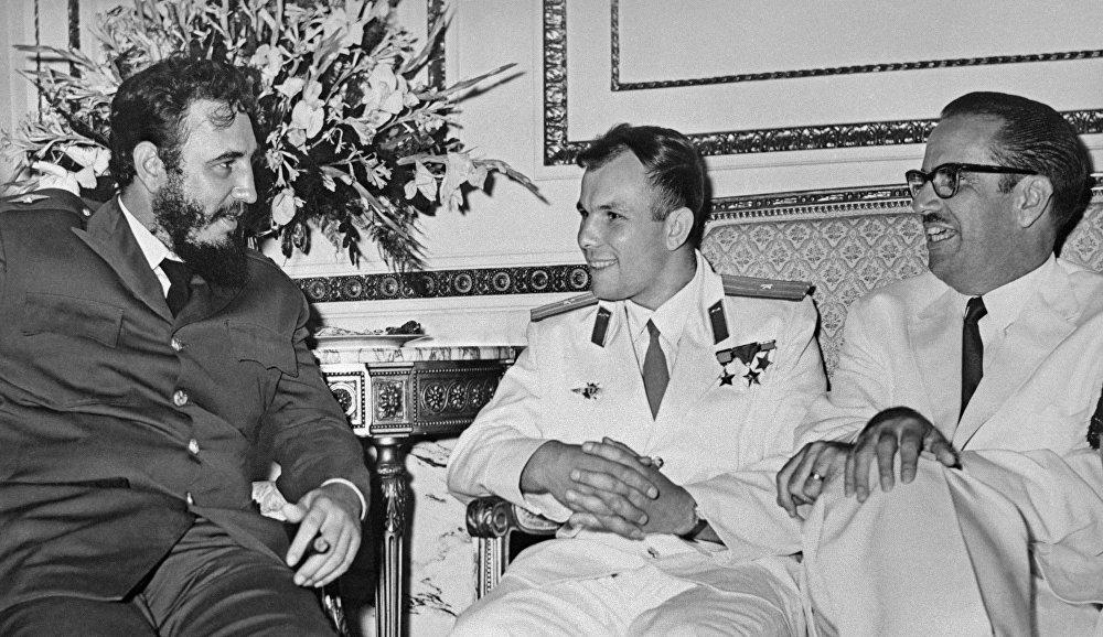 El cosmonauta soviético Yuri Gagarin, junto al entonces primer ministro de Cuba, Fidel Castro, y el presidente de la isla caribeña, Osvaldo Dorticós.