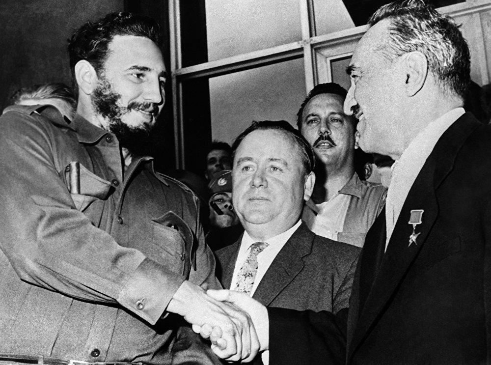 Fidel Castro saluda a Anastás Mikoyán, vicepresidente del Consejo de Ministros de la URSS, en la visita de este último a Cuba.