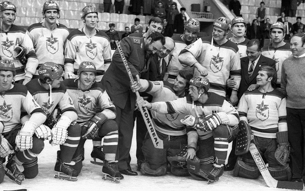 Fidel Castro aprende a jugar Hockey junto al equipo moscovita CSKA.