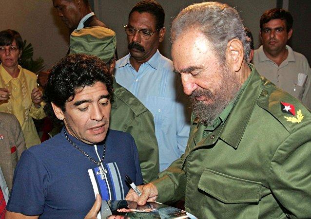Diego Armando Maradona y Fidel Castro en 2005
