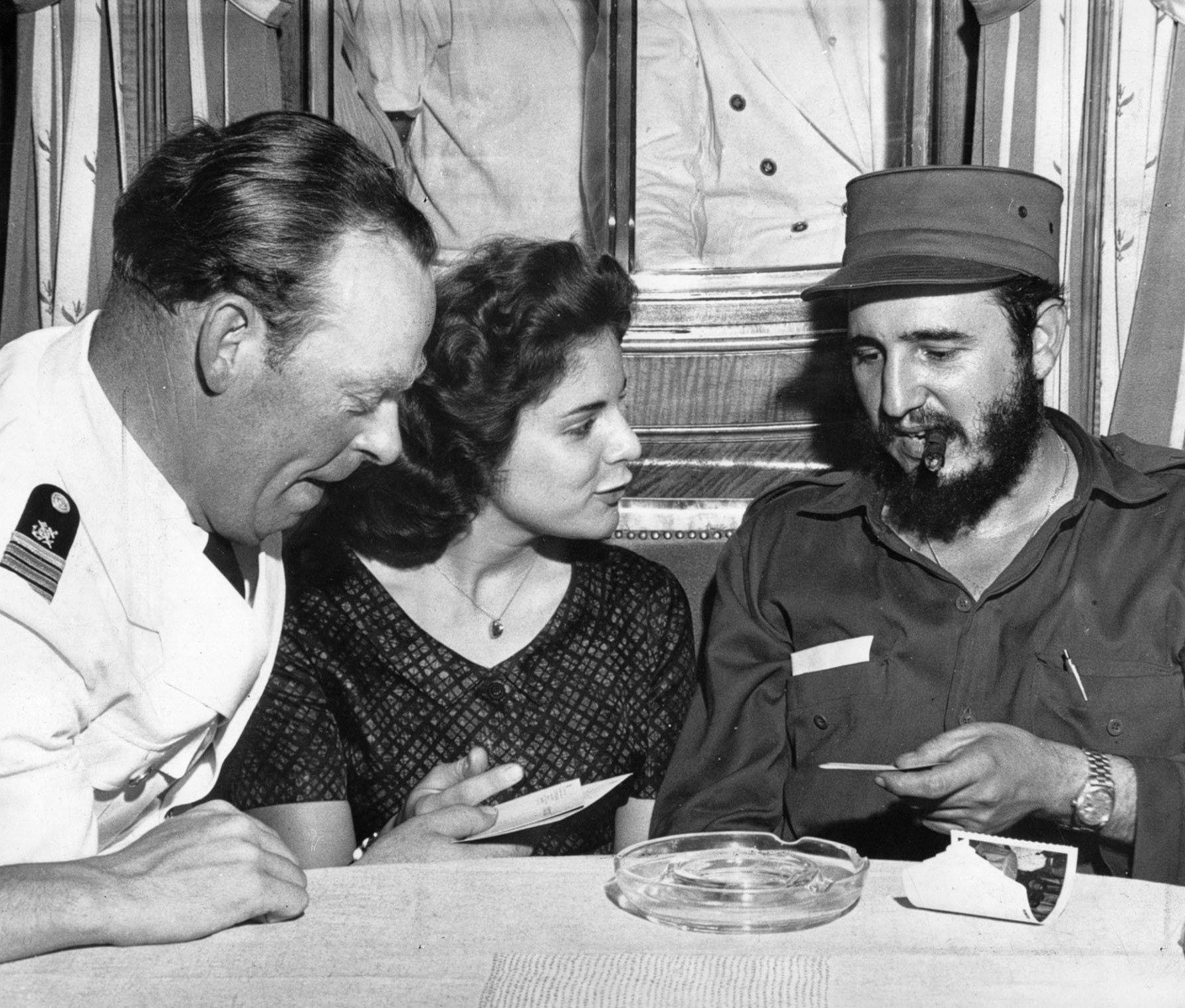 Marita Lorenz se dirige a Fidel Castro a bordo del crucero MS Berlin, 1959