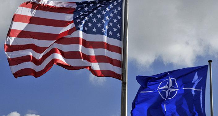 Las banderas de EEUU y la OTAN