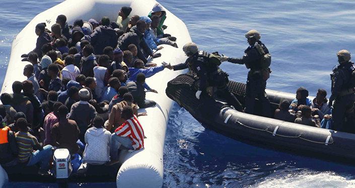 Embarcación con inmigrantes en el mar Mediterráneo frente a la costa de Libia (archivo)